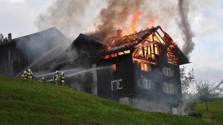 Trotz eines Grosseinsatzes der Feuerwehr wurde das alte Bauerhaus im Bündner Oberland ein Opfer der Flammen.