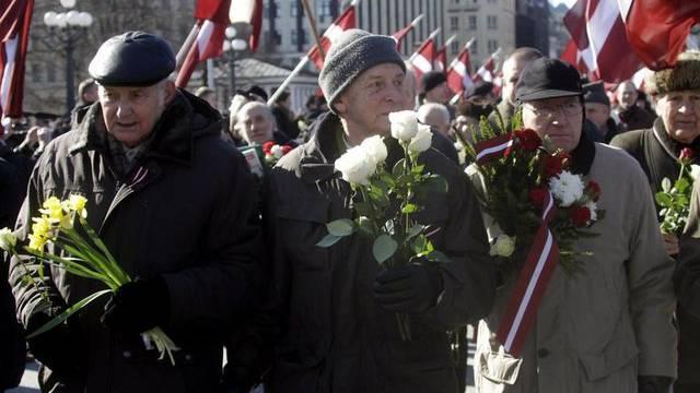 Rund 1500 Veteranen der lettischen Waffen-SS marschieren durch Riga