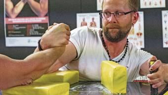 Martin Märki (beim Training in Reinach) ist fünffacher Schweizer Meister im Armdrücken.