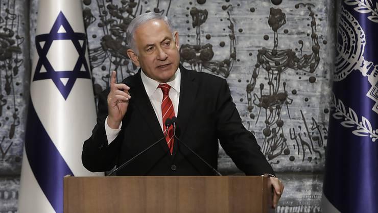 Israels rechtskonservativer Regierungschef Netanjahu sprach sich für die Bildung einer breiten Einheitsregierung aus. Verhandlungen für eine grosse Koalition von Netanjahus Likud mit dem oppositionellen Mitte-Bündnis von Ex-Militärchef Benny Gantz waren zuvor gescheitert.