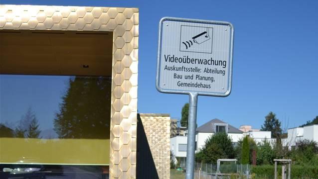 Hinweistafeln machen auf die Videoüberwachung aufmerksam.
