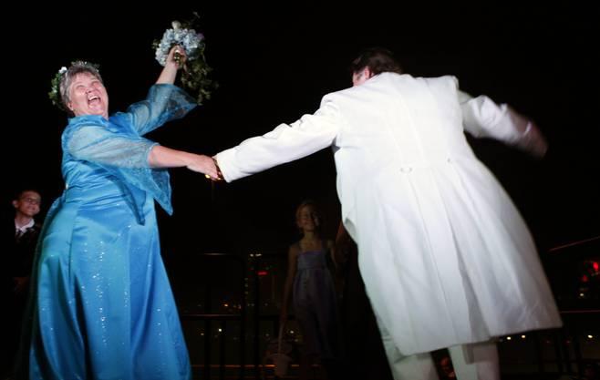 Ein erster Tanz als verheiratetes Paar.