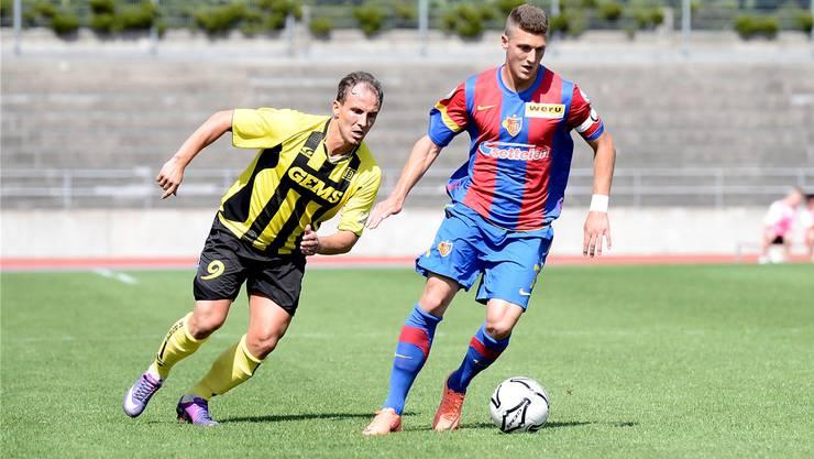 Simon Grether (rechts) stösst ins Profikader des FC Basel – dort soll er sich ans Niveau herantasten.