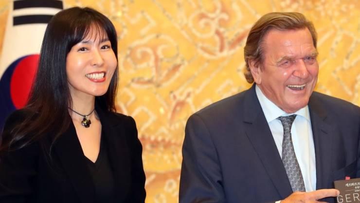 Altkanzler Gerhard Schröder und seine neue Lebenspartnerin Soyeon Kim sind gleichermassen in Deutschland wie in Korea zu Hause. (Archivbild)