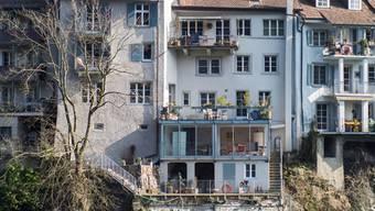 «Wir haben schon vor einigen Jahren  Risse entdeckt» sagt eine Anwohnerin der Laufengasse am Rhein in Laufenburg.