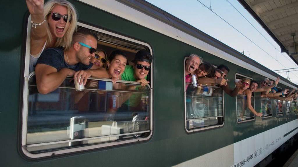 Fast fünf Mal pro Monat benutzen Schweizerinnen und Schweizer im Durchschnitt den Zug - zum Beispiel um aus dem Tessin an die Street Parade nach Zürich zu reisen. (Archivbild)