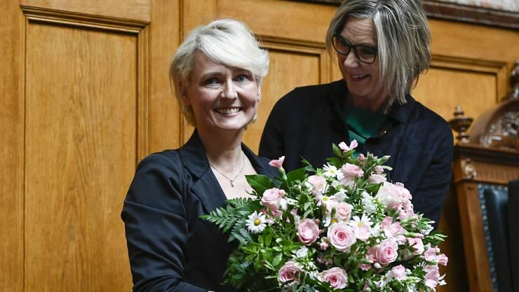 Alterspräsidentin Maya Graf (Grüne/BL, rechts) gratuliert der mit einem Rekordresultat gewählten neuen Nationalratspräsidentin Isabelle Moret (FDP/VD).