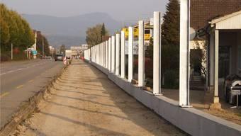 An der Tramstrasse entsteht eine fast 1 Kilometer lange Lärmschutzwand. Hier fehlen noch die Holzelemente.Marina Bertoldi