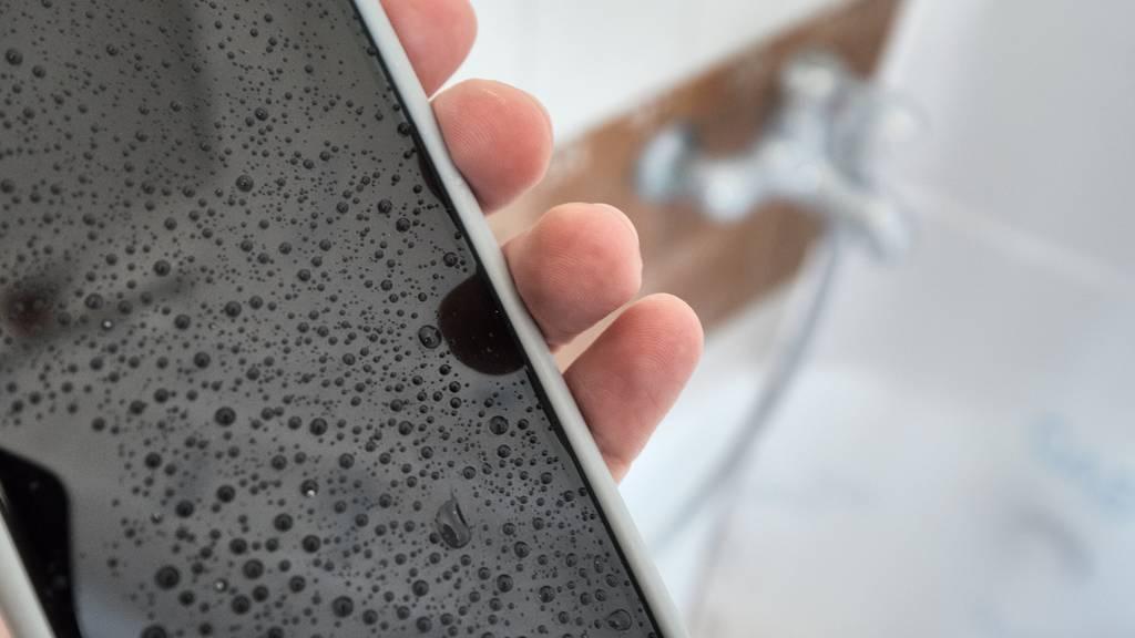 Tödlicher Badewannen-Unfall: Handy-Kabel war defekt und von Drittanbieter