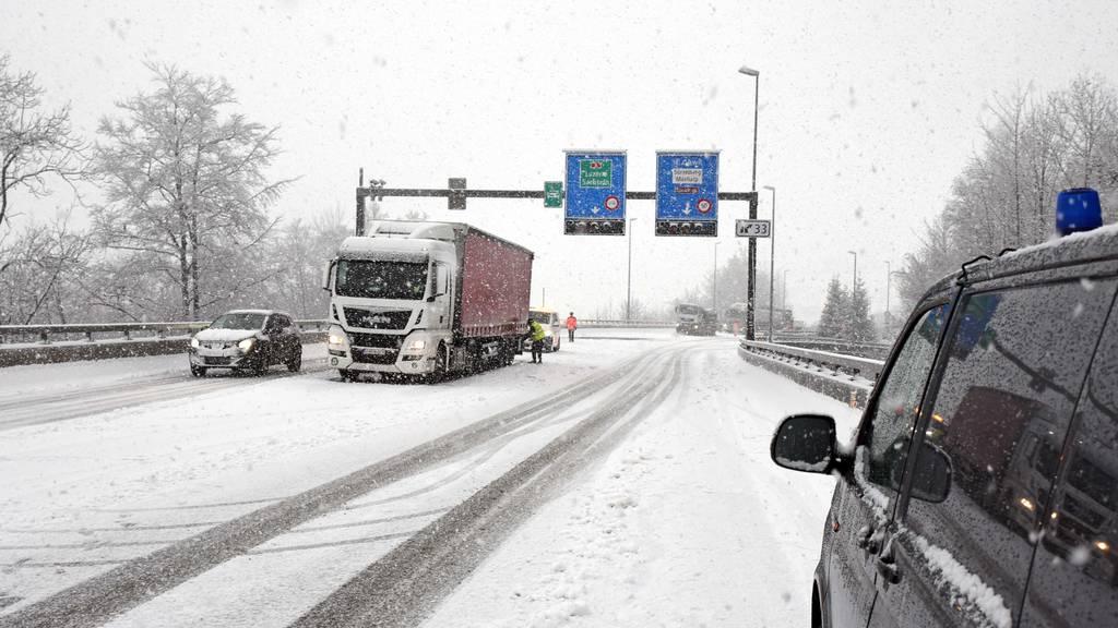 Der Wintereinbruch führte zu Verkehrsbehinderungen und Unfällen