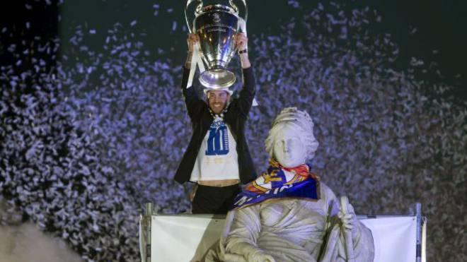 Die Sehnsucht hat endlich ein Ende: Sergio Ramos feiert mit Göttin Cibeles «La Décima» – Real Madrid ist zum 10. Mal Europas bestes Team. Foto: Keystone