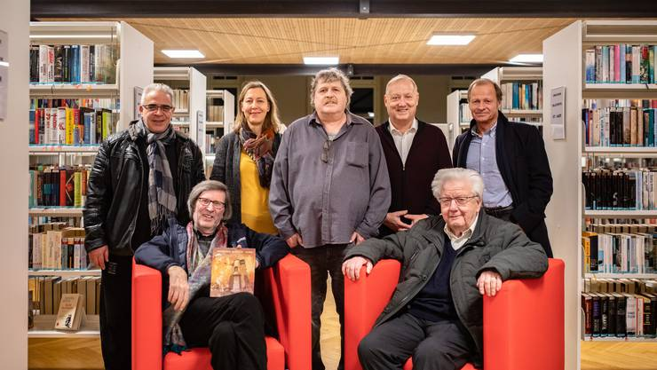 Vernissage mit (stehend von links) Salvatore DeVito (Titelbild), Salome Moser, André Weyermann, Peter Brotschi (Redaktionskommission), Marc Reist (Illustrationen); sitzend: Thomas Schärli, Präsident Redaktionskommission, Rainer W. Walter, Mitbegründer KuKo.