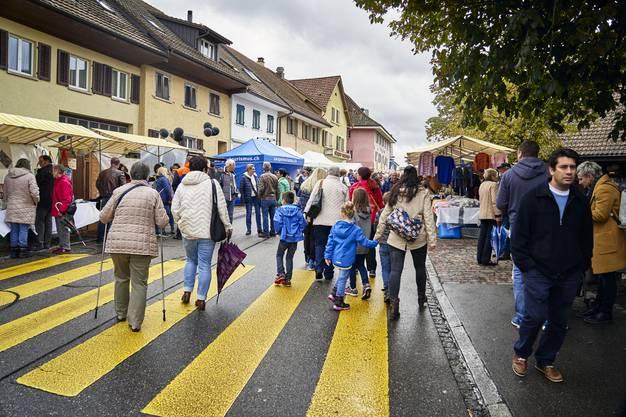 Trotz trüben Wetter kommen viele Besucher an den Winzermarkt.