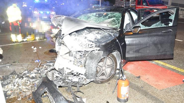 Der Fahrer wurde beim Aufprall im Auto eingeklemmt.