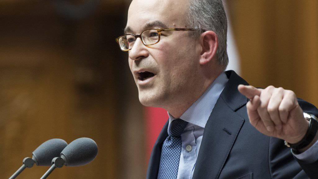 Für die SVP ist die Umsetzung der Masseneinwanderungsinitiative eine «Nicht-Umsetzung». Der Zürcher SVP-Nationalrat Gregor Rutz bezeichnete die Gesetzgebung als «vorweihnächtliche Bastelstunde».