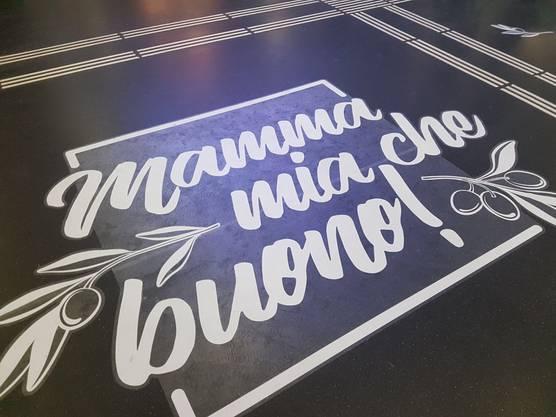 """Mamma mia che buono!"" steht auf dem Boden vor dem Shop."