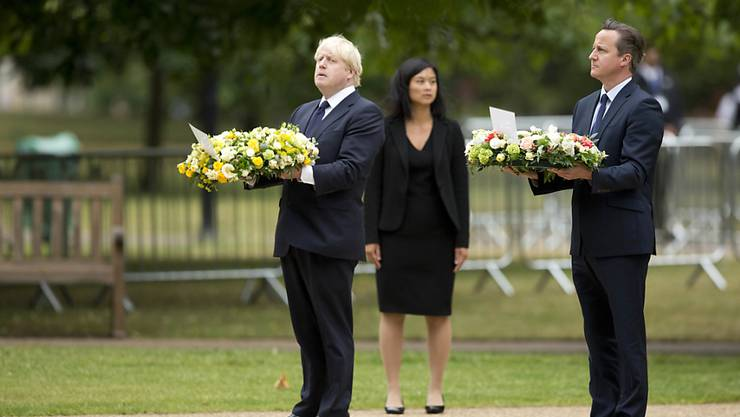 Premierminister Cameron und Londons Bürgermeister Johnson legen Kränze an einem Denkmal für die Anschläge im Londoner Hyde Park nieder