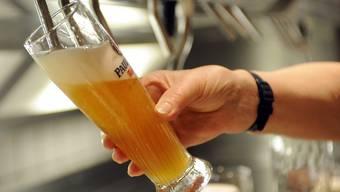 Der Angeklagte mischte dem Opfer K.O.-Tropfen ins Bier. (Symbolbild)