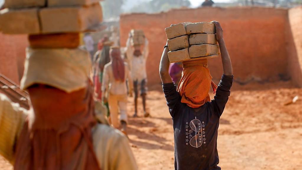 Kinderarbeit in Nepal. Der Ständerat befasst sich heute zum wiederholten Mal mit der Frage, ob Schweizer Unternehmen haften sollen, wenn ihre Tochtergesellschaften im Ausland Menschenrechte verletzen. (Themenbild)