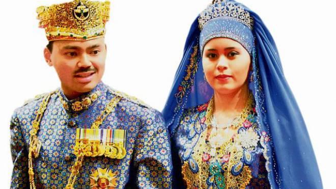 Al-Muhtadee Billah und Sarah Salleh bei der Heirat im Jahr 2004. Foto: Keystone