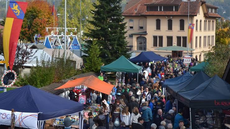 Viele Leute, meist Aargauer, pilgern an die der Pfeffiker Chilbi.BE