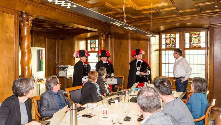 Die Dreierdelegation der Zunft zur Sankt Cordula übergibt dem Badener Stadtrat den jährlichen Obolus für die Reben-Pacht.