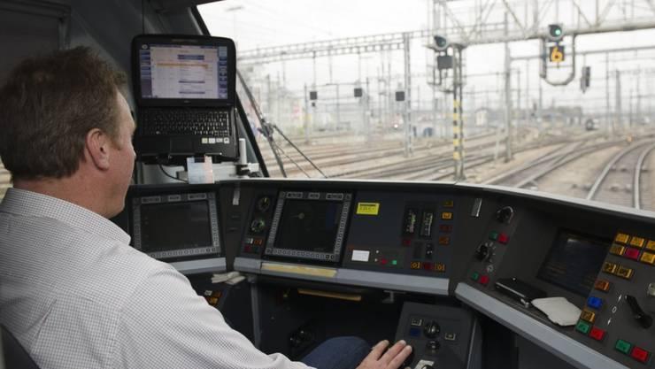 Der SBB fehlen pro Tag rund 30 Lokführer. Deshalb wirbt die Bahn mit einer gross angelegten Kampagne für Quereinsteiger und höherem Ausbildungslohn. (Symbolbild)