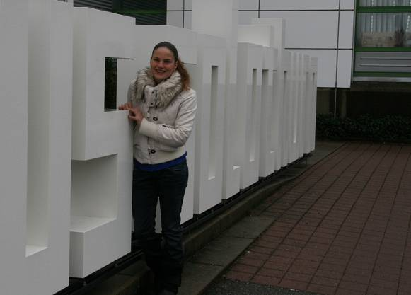 Wieder zurück zu Hause: Carla Stampfli vor dem Medienhaus Solothurn.