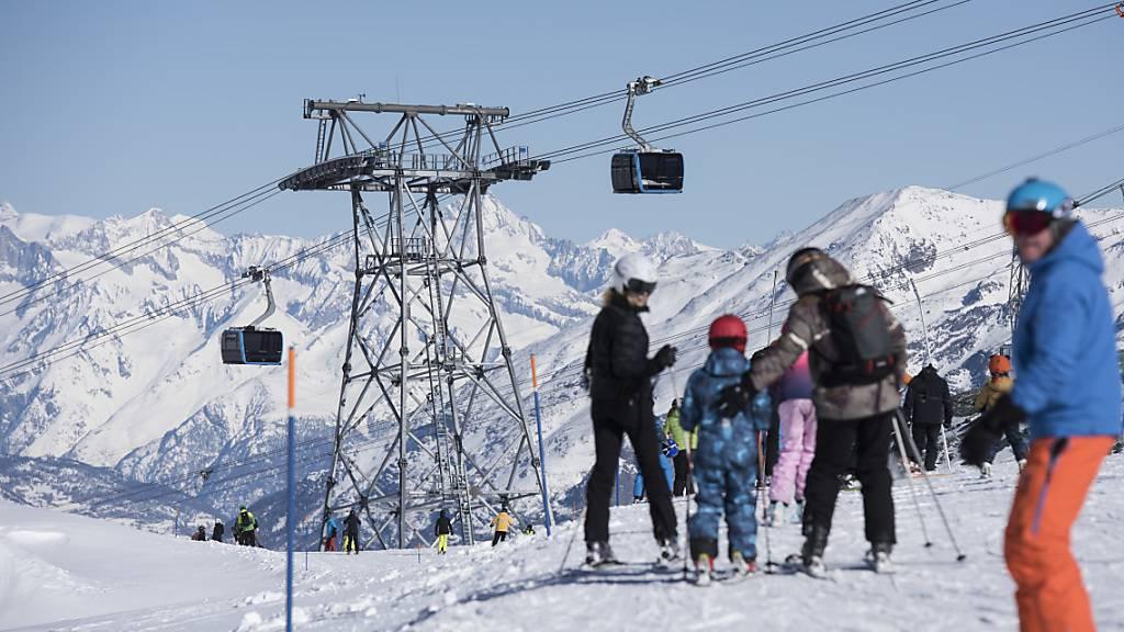 Die Schweizer Seilbahnen ziehen eine positive Bilanz zur Halbzeit der laufenden Wintersaison. Bis Ende Januar stiegen die Gästezahlen im Vergleich zum mehrjährigen Durchschnitt deutlich an.(Archivbild aus Zermatt)