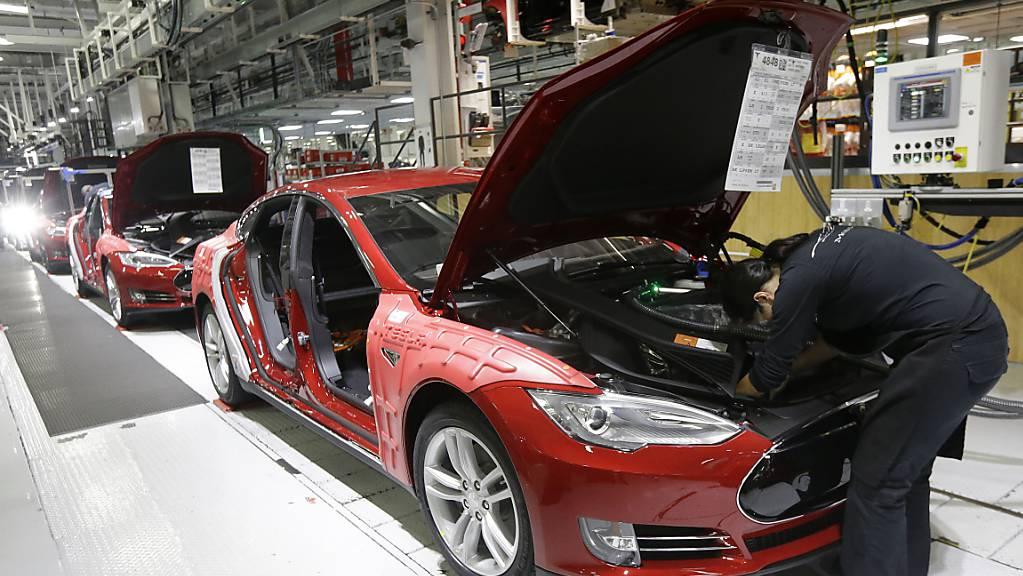 Tesla-Chef Elon Musk spornt seine MItarbeitenden in einer E-Mail zu Höchstleistungen an. Im dritten Quartal will er mit Blick auf die Fahrzeugauslieferungen einen neuen Rekord erreichen. Dieser liegt für ein Quartal bei 112'000 ausgelieferten Wagen.(Archivbild)