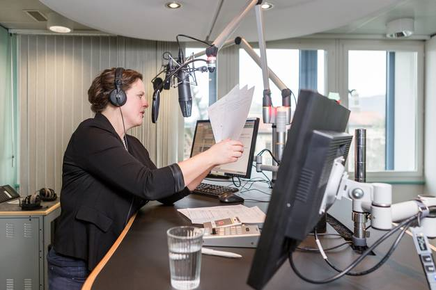 Barbara Mathys moderiert die Nachrichten im SRF-Studio in Aarau.