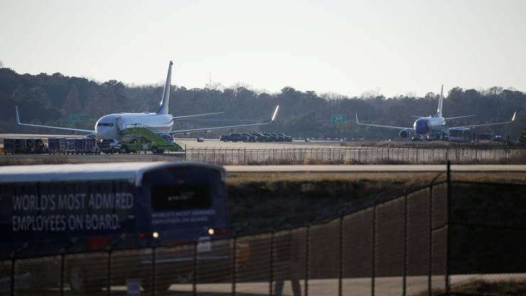 Diese zwei US-Passagierflugzeuge wurden von Militärjets abgefangen und bei der Landung auf ihrem Zielflughafen in Atlanta (US-Staat Georgia) begleitet.
