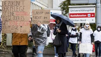Von Applaus kann man die Miete nicht zahlen. Ungefähr 500 Angestellte des Gesundheitswesens gingen am Donnerstag für mehr Lohn auf die Strasse. Nun antworten die Spitäler.