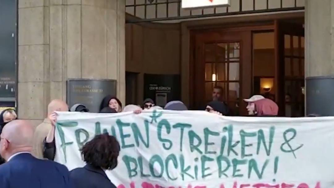Störaktion: Vermummte Frauen protestieren gegen Andreas Glarner