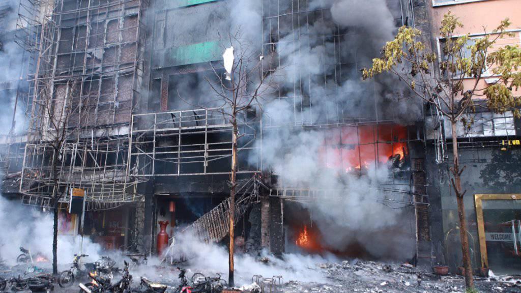 In der vietnamesischen Hauptstadt Hanoi sterben 13 Menschen beim Brand einer Karaoke-Bar.