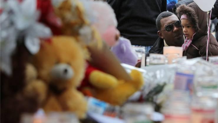 Einwohner von Newtown erinnern am Ort des Massakers an die Opfer des Amoklaufs, dem 20 Primarschülerinnen und -schüler zum Opfer fielen.
