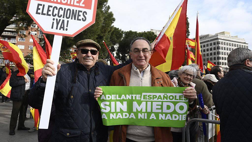 Die Organisatoren werfen der Regierung vor, bei Verhandlungen mit der separatistischen Regionalregierung Kataloniens zu nachgiebig zu sein.