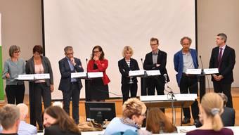Die acht Podiumsteilnehmer von links: Beatrice Schaffner, Karin Büttler, Urs Ackermann, Franziska Roth, Dagmar Rösler, Adrian van der Floe, Heinz Flück und Josef Maushart.
