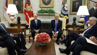 Es brodelt in der Grand Old Party: Präsident Trump (m.l.) drückt mit Hilfe der oppositionellen Demokraten ein Gesetzespaket durch und brüskiert somit die Mehrheitsführer im Senat und im Repräsentantenhaus - Paul Ryan (l.) und Mitch McConnell (r.).