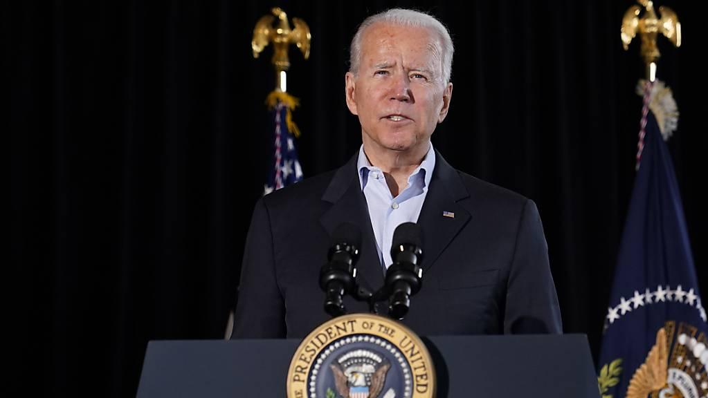 US-Präsident Joe Biden spricht in Miami Beach über das in Surfside eingestürzte Wohnhaus. Foto: Susan Walsh/AP/dpa