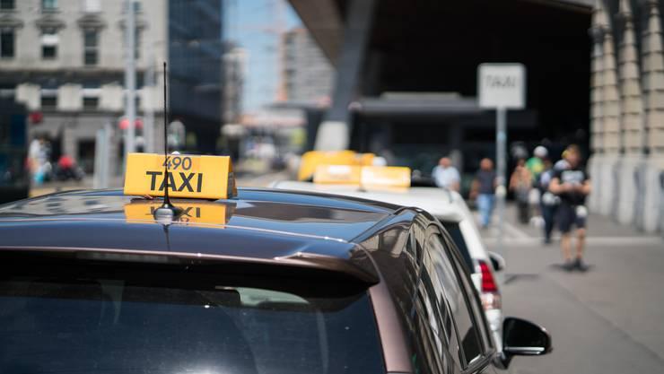 Mit dem neuen Taxigesetz könnten alle beim Kanton registrierten Taxifahrer die kommunalen Standplätze in allen Gemeinden und auch die Busspuren nutzen. (Symbolbild)