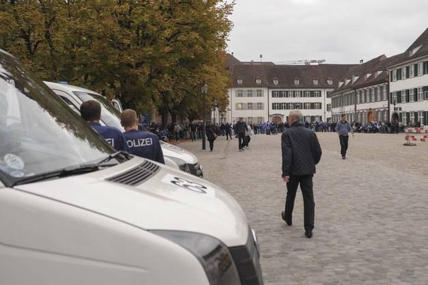 Die Polizei in sicherer Entfernung auf dem Münsterplatz.