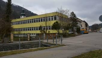 Die ehemalige Uhrenfabrik in Holderbank soll in drei aneinander liegende Reihenwohnhäuser mit 14 Wohnungen umgebaut werden.