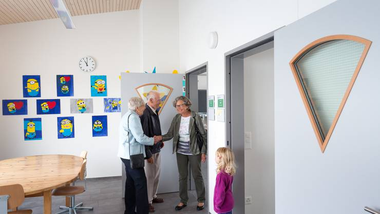 Jung und Alt waren an der Einweihung des Schulhaus-Anbaus vertreten.