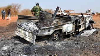 Ein zerbombtes Auto im Grenzgebiet des Sudans (Symbolbild)