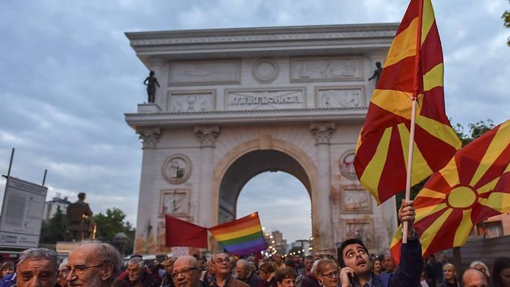 Hunderte demonstrieren derzeit gegen die mazedonische Regierung - nun soll der Wahlkampf für die vorgezogenen Wahlen gestoppt werden.