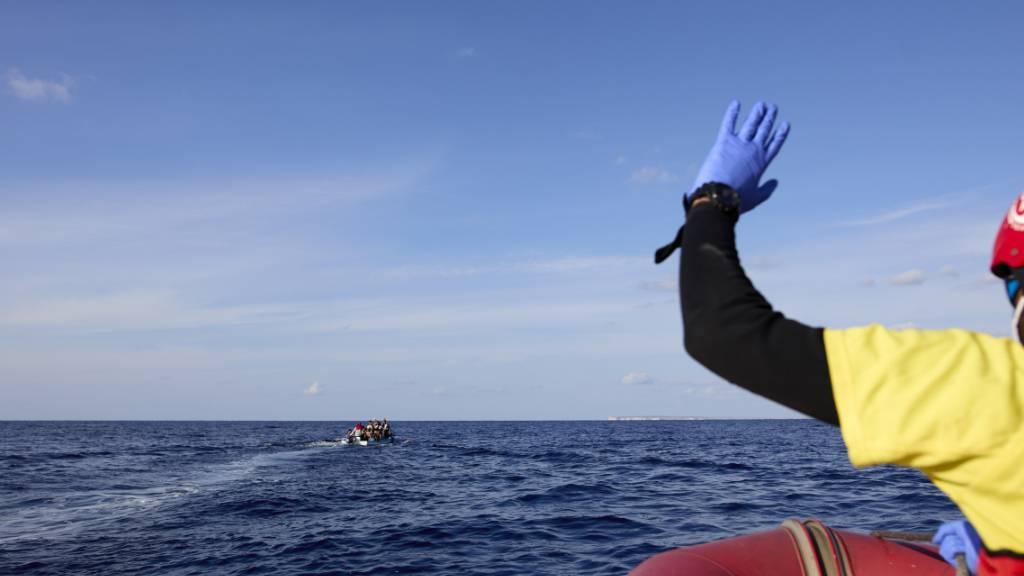 Ein Schnellboot der NGO Open Arms n‰hert sich einem kleinen Fischerboot, auf dem Migranten unterwegs sind. Foto: Jes ̇s HellÌn/EUROPA PRESS/dpa