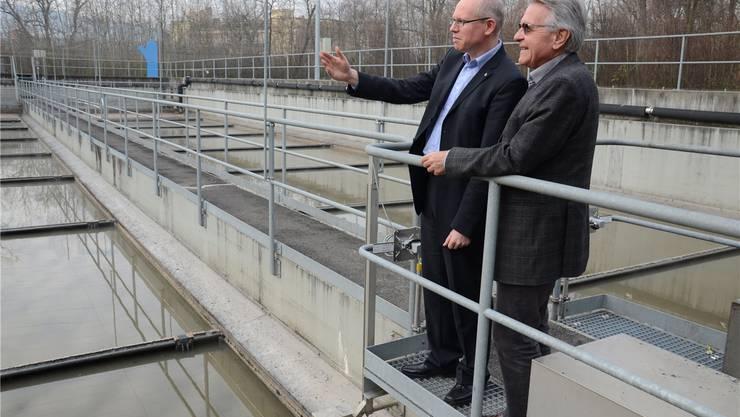 Der Neue und sein Vorgänger: Geschäftsführer Patrik Feusi und Emil Schönmann in der Abwasserreinigungsanlage der Limeco.