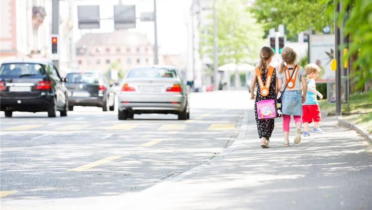 Kinder aus dem Bäder- und Römerquartier müssen auf dem Schulweg neu die Bruggerstrasse überqueren. Symbolbild/Severin Bigler