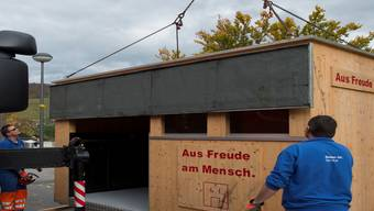 ...gleichzeitig stellen Mitarbeiter des Werkhofs den Holzunterstand von «Hope» auf.